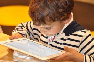 Enfant connecté, enfant exposé ? Toupie Magazine